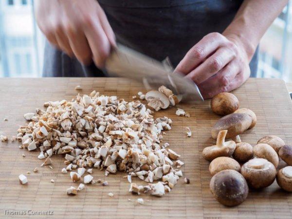 Beef Wellington: Pilue fein wuerfeln
