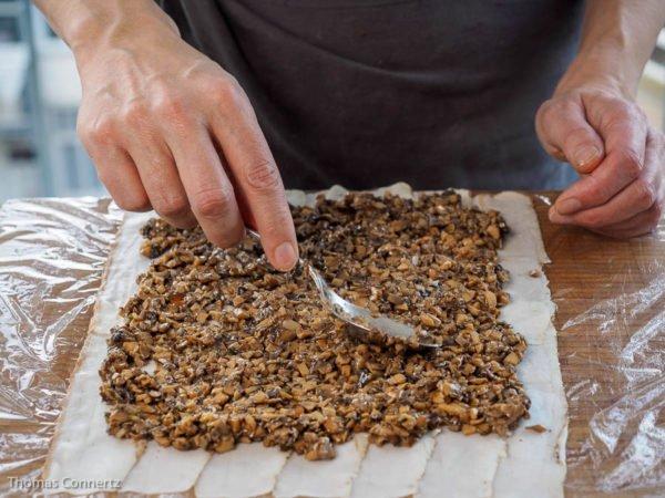 Beef Wellington Pilze verteilen