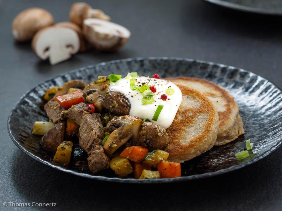 Blini mit Fleisch und Gemüse