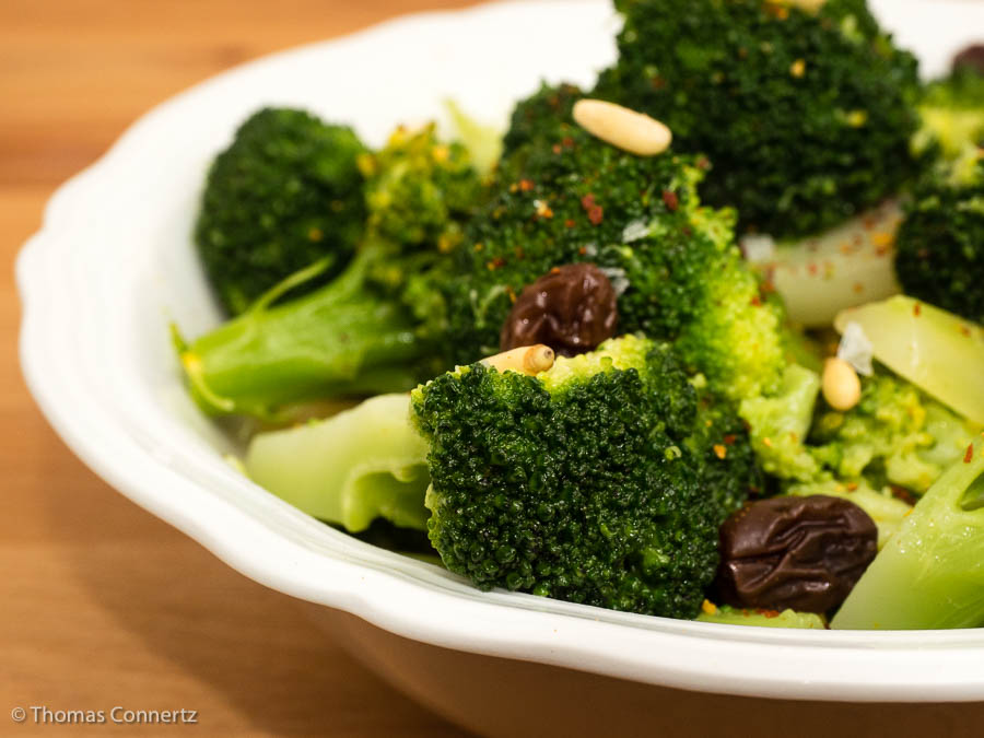 Brokkoli mit Pinienkernen und Rosinen