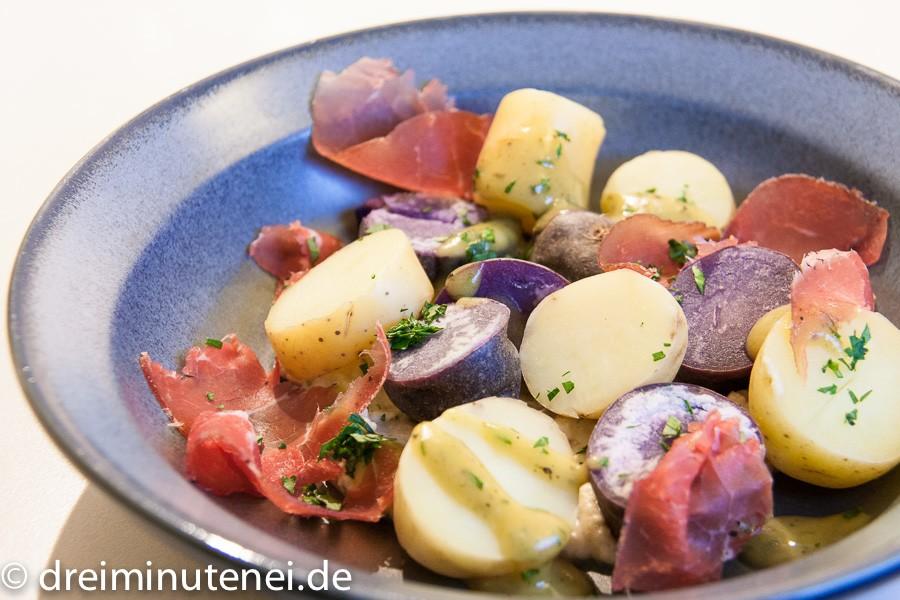 Bunter zweifarbiger Kartoffelsalat