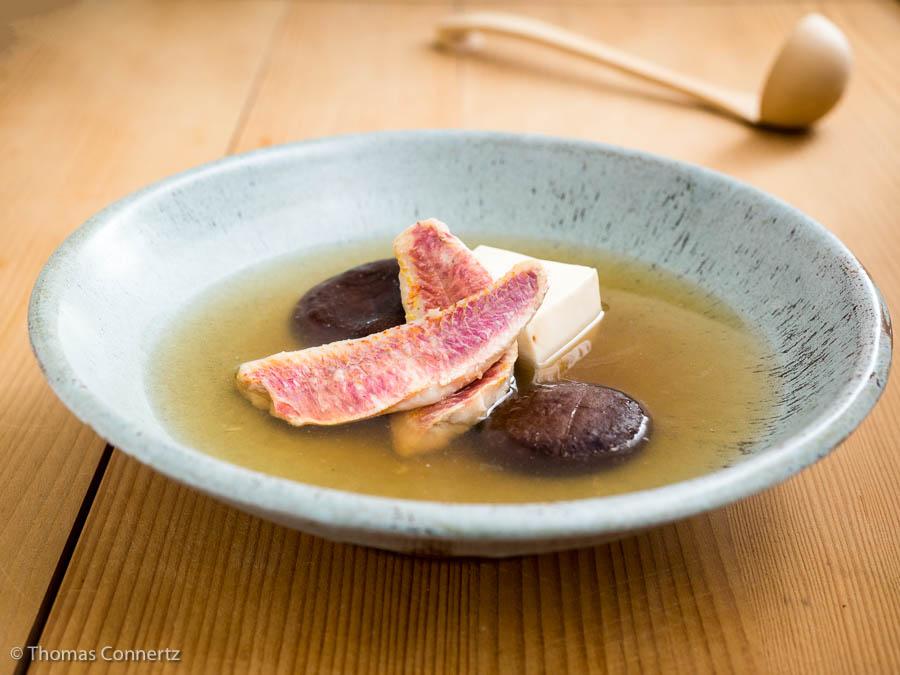 Dashi mit Rotbarbe und Shitake-Pilzen