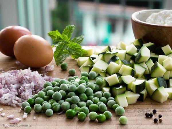 Eier Erbsen Zucchini Ziegenkäse