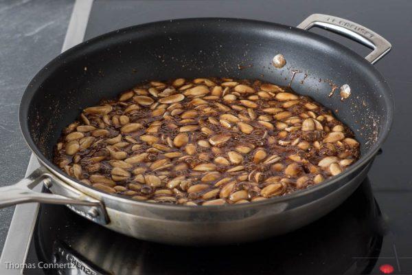 Gebrannte Mandeln sirupartig einkochen