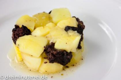 Gebratene Blutwurst mit Kartoffeln und Äpfeln
