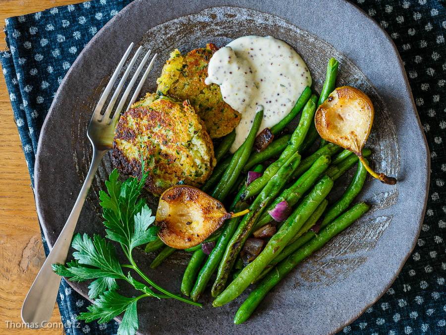 Geschmorte gruene Bohnen mit Kartoffelplaetzchen und Estragon-Sauce