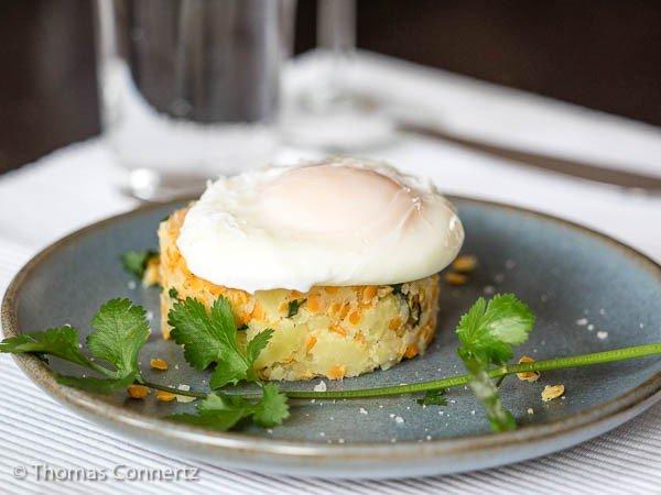 Gestampfte Kartoffeln rote Linsen pochiertes Ei
