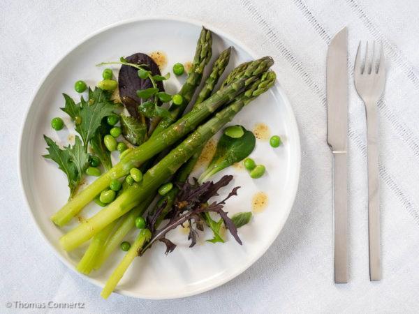 Grüner Spargel-Salat mit Erbsen und Edamamame