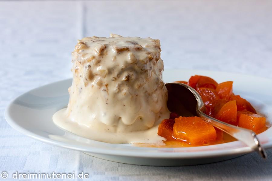 Haselnuss-Krokant-Eis mit Aprikosenkompott