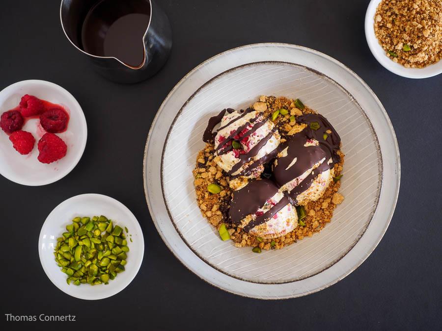 Himbeer-Pistazieneis Shortbread-Streusel Schokoladenkruste