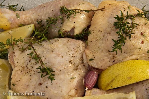 Im Ofen geschmortes Huhn mit Zitrone