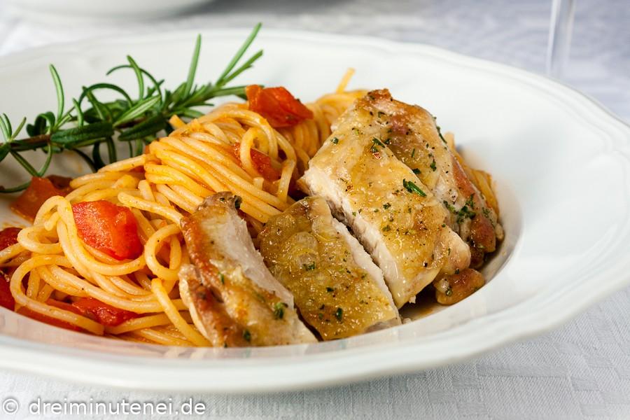 Knuspriges Huhn mit Tomaten und Spaghetti
