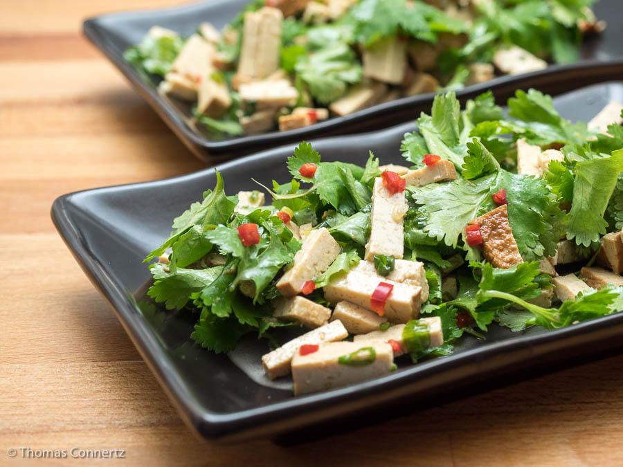 Koriandersalat mit geräuchertem Tofu