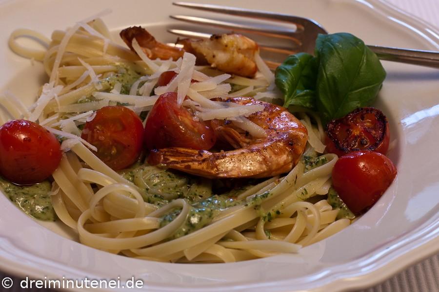 Pasta mit Garnelen Tomaten und Haselnusspesto