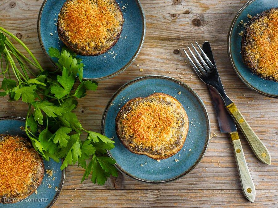 Portobello Pilze gefuellt ueberbacken