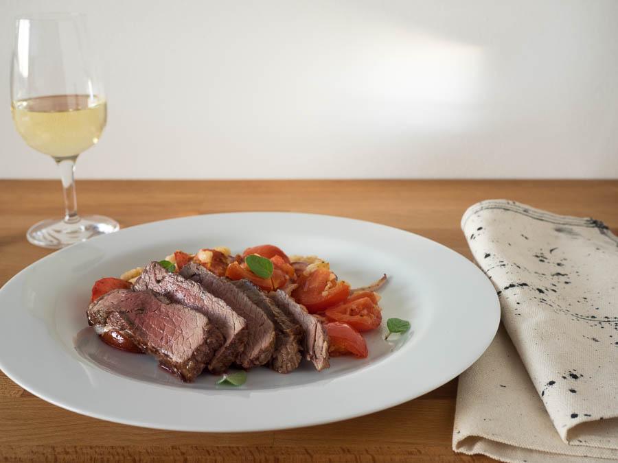 Steak mit Canellini Bohnen und Tomaten