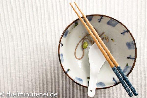 Soba-Nudelsuppe mit Sojabohnen aufgegessen