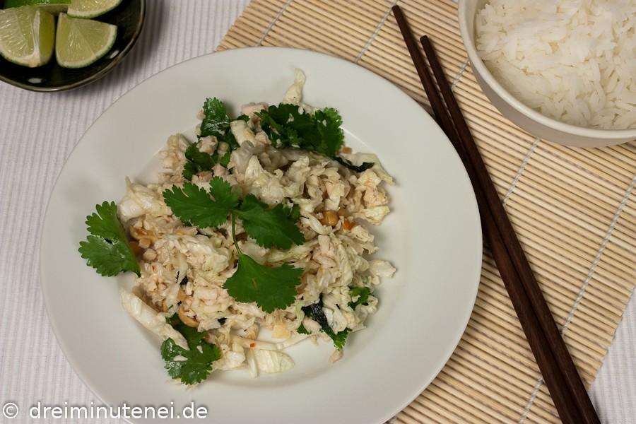 Vietnamesischer Salat mit gehacktem Hühnerfleisch