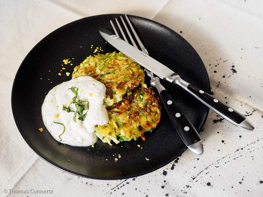 Zucchini-Kartoffelpuffer mit Minzjoghurt