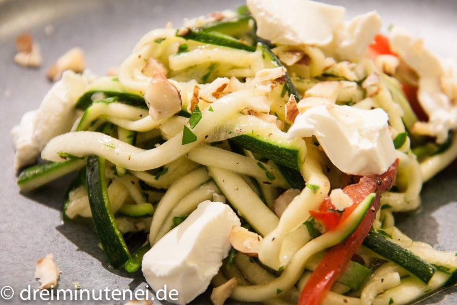 Zucchini-Salat mit Haselnüssen und Frischkäse