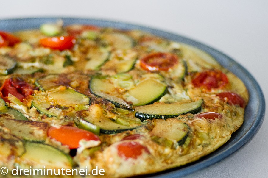 zucchini tortilla mit kirschtomaten dreiminutenei. Black Bedroom Furniture Sets. Home Design Ideas