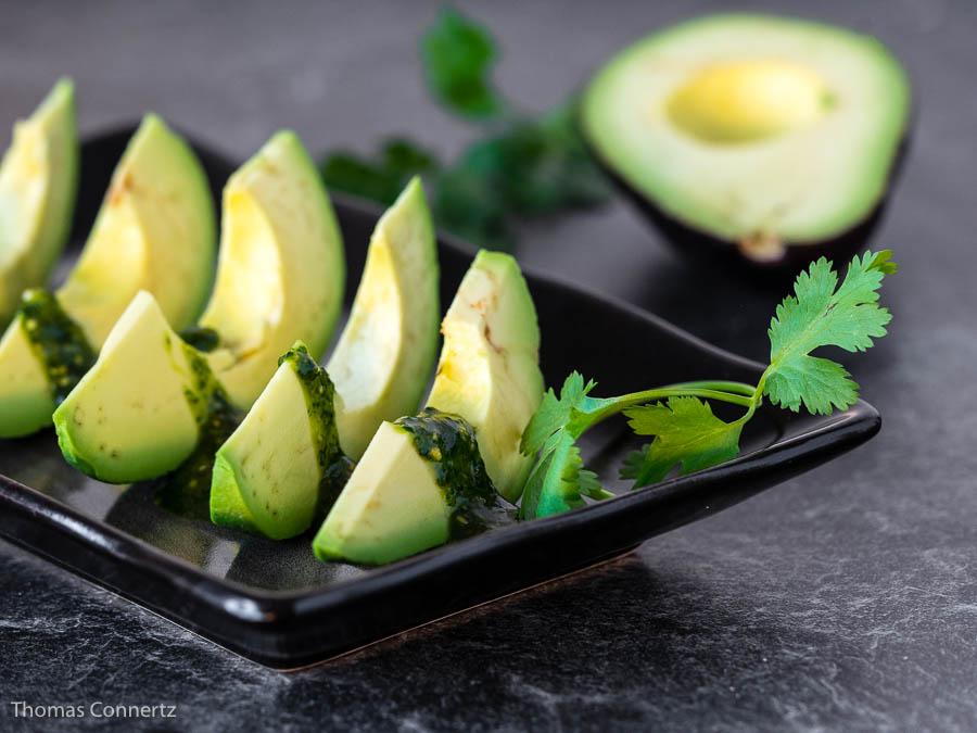 Avocado mit Koriander-Cashew-Pesto