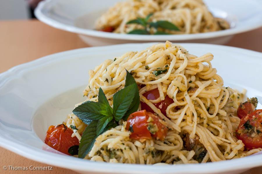 Pasta mit Oregano Minze Mandeln Tomaten